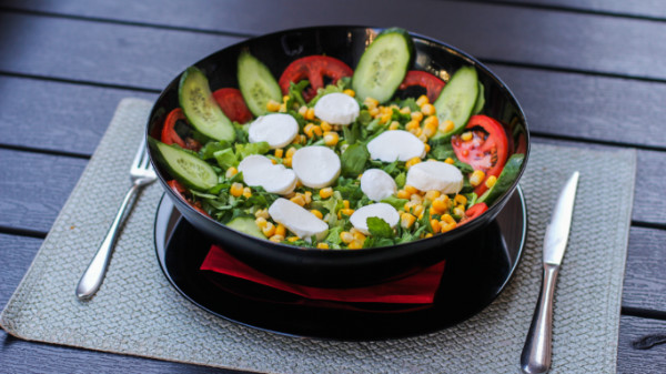 Sallatë jeshile, rukola, domate, misra, kastravec, mozzarella
