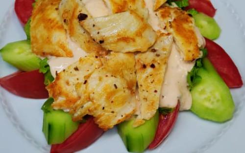 Sallatë jeshile, domate, kastravec, salcë dressing, fileto pule të prera