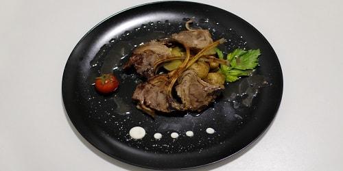 Shoqëruar me baby patate, qepujka dhe salcë të errët