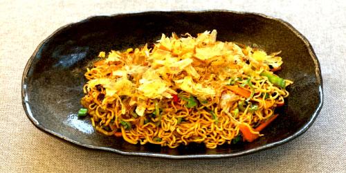 Mendake noodles me miks perimesh dhe salcë aziatike