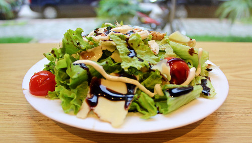Sallatë jeshile, fileto pule, misër, salcë çezar