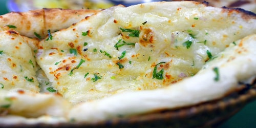 Pite e bërë me miell të rafinuar dhe djathë e pjekur në furrë balte