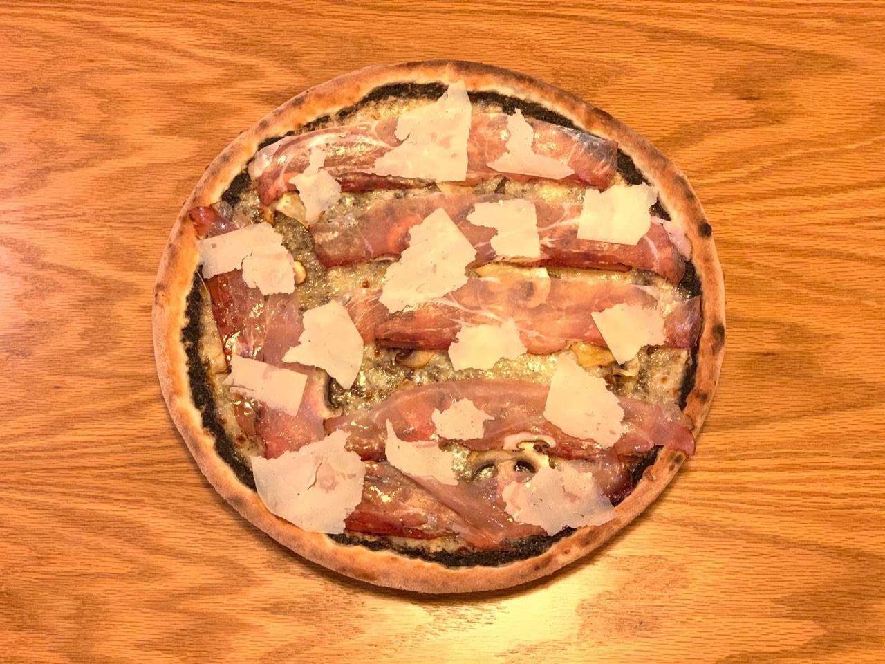 Pate tartufi, mozzarella, kërpudhë e freskët, speck, grana