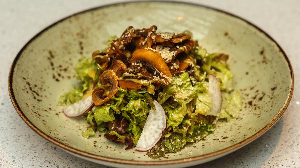 Kërpudha të skuqura, miks jeshilesh, susame, vinegrete mustarde