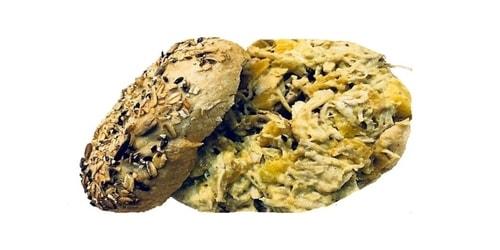 Bagel me pule me ereza curry, xhinxher, piper, mango, arra, limon, majonezë, fiq dhe kajsi të thata
