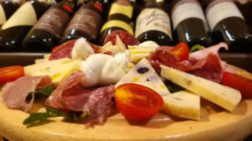 Antipastë mix proshutë dhe djathra italiane