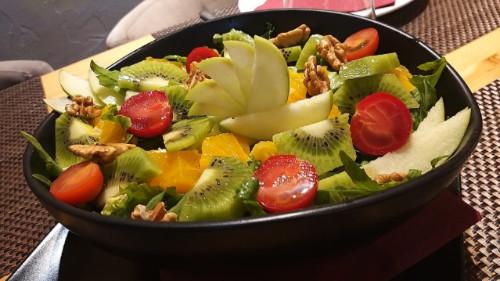 Rukola, sallatë jeshile dhe fruta të stinës