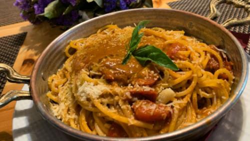 Spageti, salcë domate, pomodorini dhe borzilok