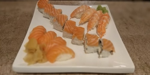 4 ebi nigiri, 4 salmon nigiri, 8 maki roll with philadelphia, smoked salmon, carrot and ebi tempura