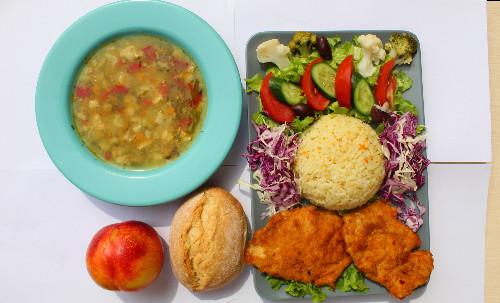 Paketë me kotoletë pule, pilaf sallatë mix, supë, bukë dhe fruta