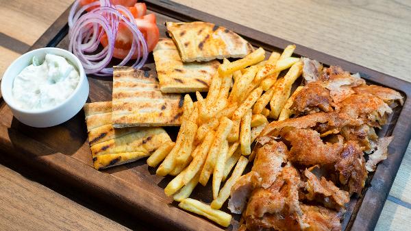 Xaxiq, domate, qepë, patate, mish derri dhe pite