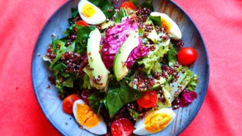 Mix jeshilesh, avokado, misër, pomodorini, fileto pule, grana
