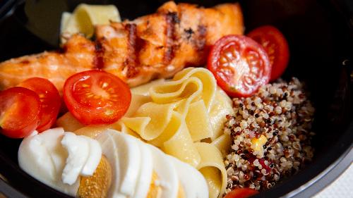 Salmon, pene integrale, vezë, avokado, pomodorini, quinoa