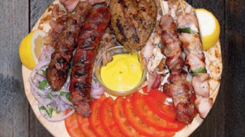 Për 2 persona, 2 pite, shishkebap derri, gjiro pule, kebap, sallam, gjiro derri, qofte, pançetë, domate, qepë, sallatë jeshile, mustardë