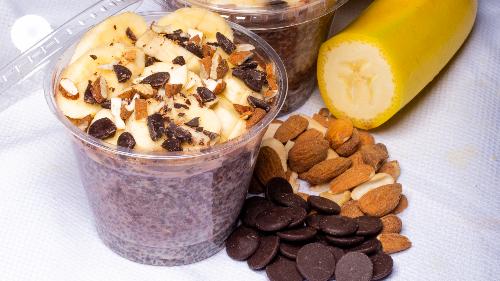 Baza tërshërë, faraliri, vanilje, banane, kanellë, rrush i thatë. Sipër arra, mjalt, mollë, fara kungulli, fije kokosi ose banane, kakao, bajame, mjaltë, çoko