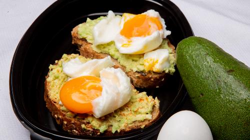 Bukë integrale, avokado, vezë