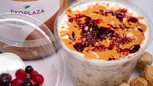 Baza tërshërë, faraliri, kos, rrush i thatë, qumësht. Siper mjaltë arra mollë karafili ose gjalp kikiriku, reçel fruta pylli, kikirik