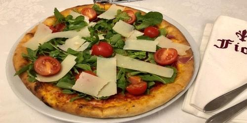 Pizza me proshutë krudo, rukola, domate, djathë grana