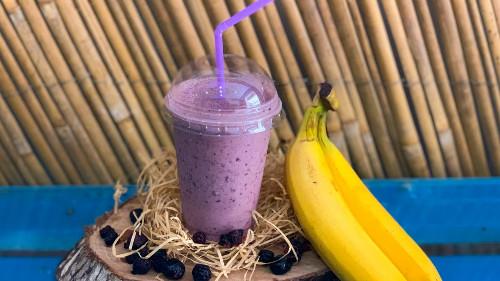 Kos /qumësht, banane, fruta pylli, mjaltë