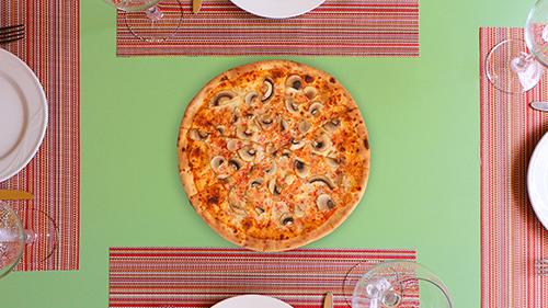Salcë domate, mozzarella, kërpudha të freskëta