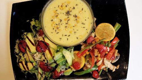 Supë misri me trumëz të freskët, sallatë orizi e ftohtë , avogado, luleshtrydhe,sallate jeshile dhe fileto pule e marinuar me limon e perime dietike