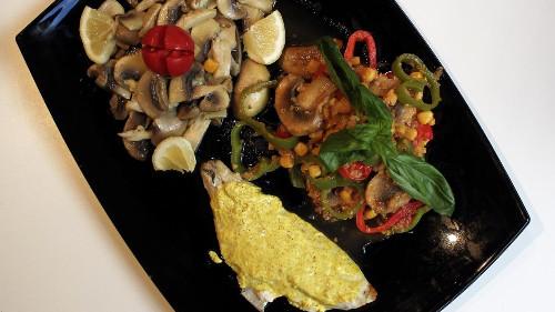 Kërpudha champignon të tiganisura me limon dhe të shuara me konjak, quinoa vegjetariane me perime, dhe fileto peshku krem kosi në furrë