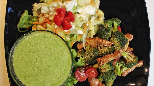 Supë kastravec, limon (e ftohtë) , sallatë aisberg ,mollë jeshile, pomodorini (marinuar me kos) dhe mish vici avulli me brocoli dhe aceto balsamik