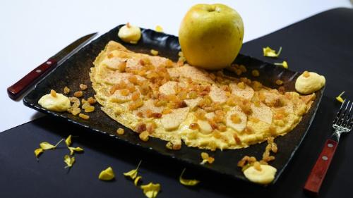 Krem pastiçerie, rrush i thatë, mollë, kanellë