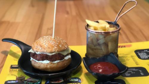 Buka jonë, hamburger pule me djathë cedar, patate, ketchup
