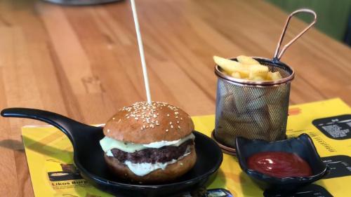 Buka jonë, hamburger viçi me djathë cedar, patate, ketchup