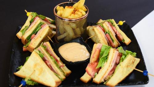 Buka jonë, majonezë, djathë, proshutë, domate, sallatë, patate