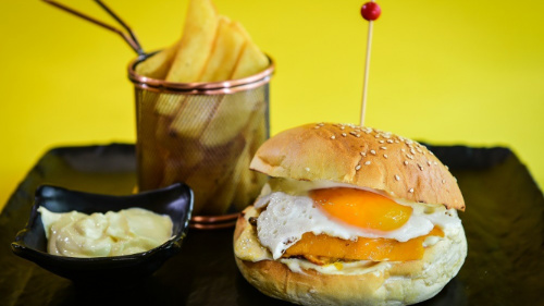Buka jonë, hamburger viçi ose pule me djathë cedar, sos e ëmbël, vezë, patate