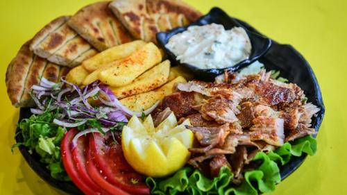 Gjiro derri, tzatziki, domate, qepë, patate, pita jonë