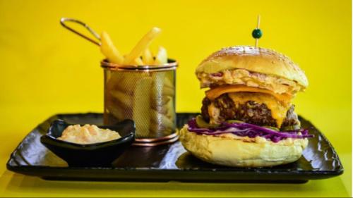 Buka jonë, dopio hamburger viçi ose pule me djathë cedar, tirokafteri, lakër e kuqe e marinuar, kastravec, turshi, patate