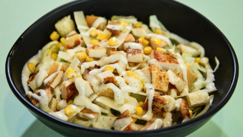iceberg, djathë parmigiano, misra, bukë e thekur, fileto pule, salcë cesar