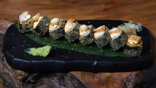 Salmon, karkalec tempura, spicy majo, krem djathi, avocado