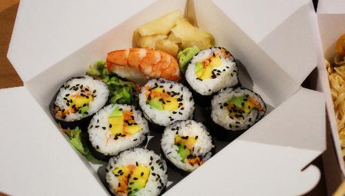 Sushi me mango dhe avocado