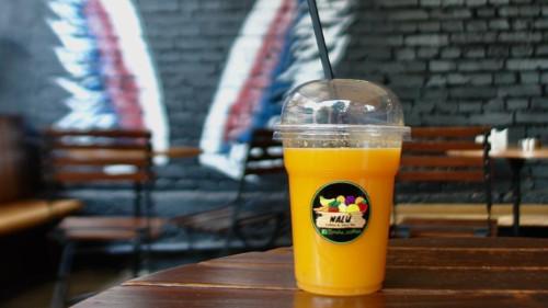 Lëng i freskët portokalli dhe xhinxheri