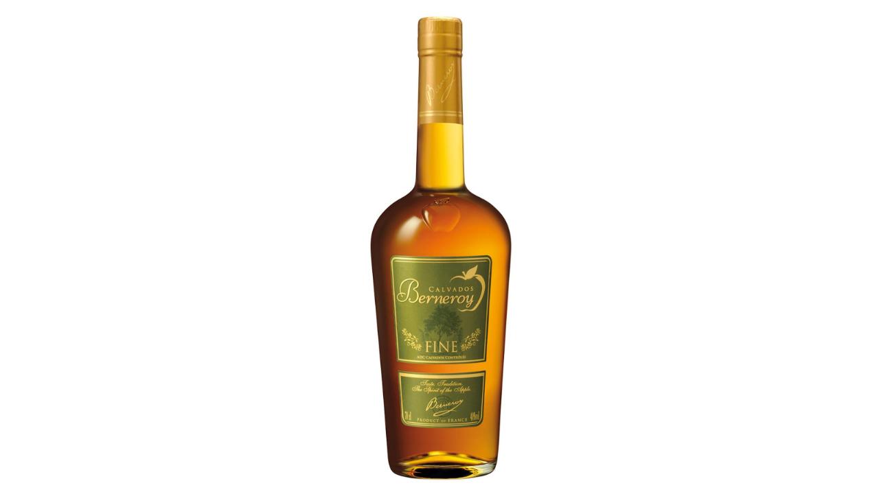 Calvados tepër elegant I vjetëruar deri në 5 vite në bute lisi, aroma fruktoze të mollëve franceze që krijojnë një calvados special.