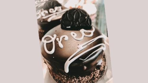 Pandispanjë me çokollatë, biskotë e zezë oreo, mus me shije oreo, ganache çokollatë e zezë