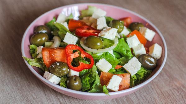 Sallatë jeshile, domate, kastravec, spec i kuq, djathë