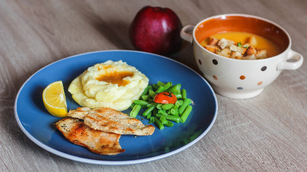Supë krem pule, fileto pule zgare e shoqëruar me pure patate, frut dhe bukë