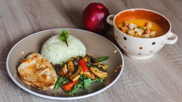 Fileto pule shoqëruar me kërpudha shampinjon, supë dite, frut dhe bukë
