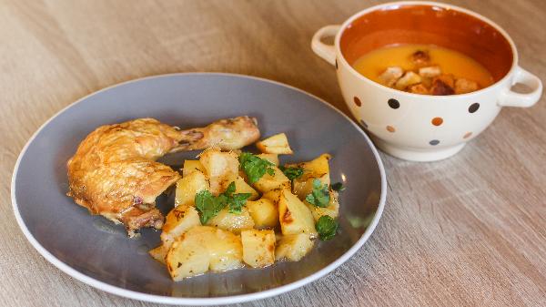 Kofsha pule me patate furre, supë dite, frut dhe bukë