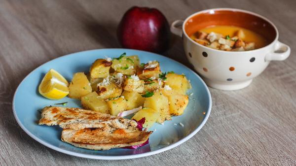 Fileto pule me patate furre, supë dite, frut dhe bukë