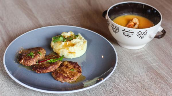 Qofte shtëpie me pure patate, supë dite, frut dhe bukë