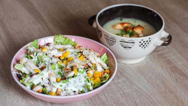 Sallatë çezar, supë dite, frut dhe bukë
