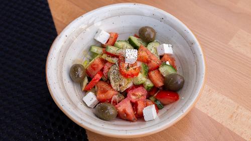 Kastravec, domate, ullinj, qepë e njomë, spec me ngjyrë, djathë i bardhë, rigon