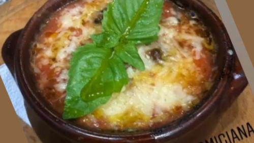 Specialitet i jugut të Italisë. Përgatitet si lazanja me shtresa patëllxhanësh, mocarela, proshut koto, salcë domate, parmixhano, piper të zi.