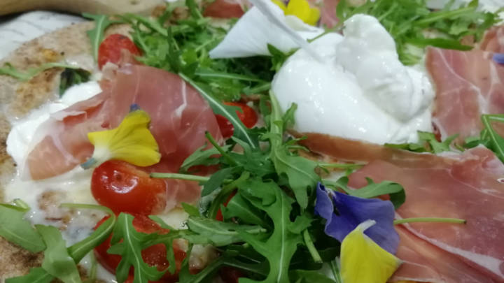 Pizza me burrata ,rucola e crudo